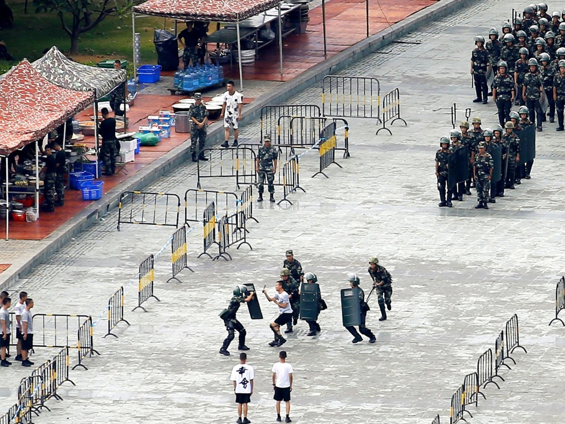 2019年8月16日,中国军人在与香港隔海相望的深圳湾体育中心参加人群控制演习。(路透社)