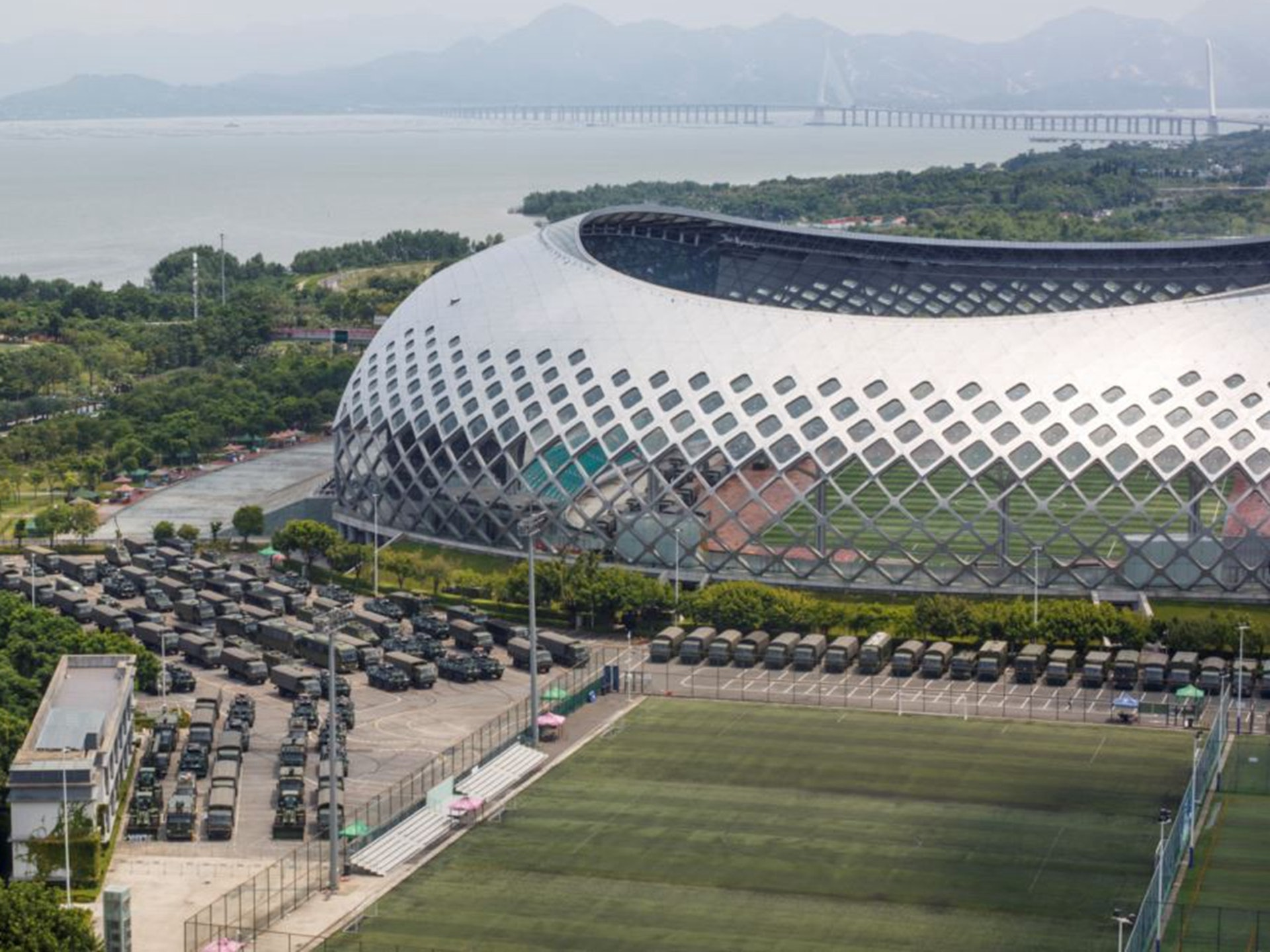 2019年8月15日,卡车和装甲运兵车停在深圳湾体育馆外。(路透社)