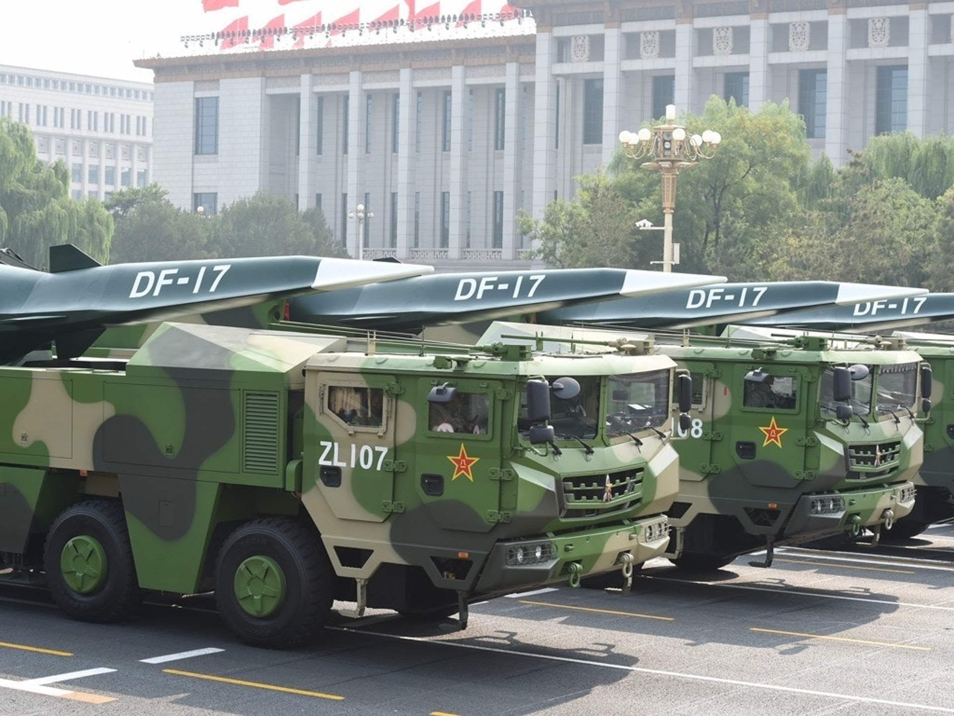 装备特殊弹头的东风-17弹道导弹。(新华社)