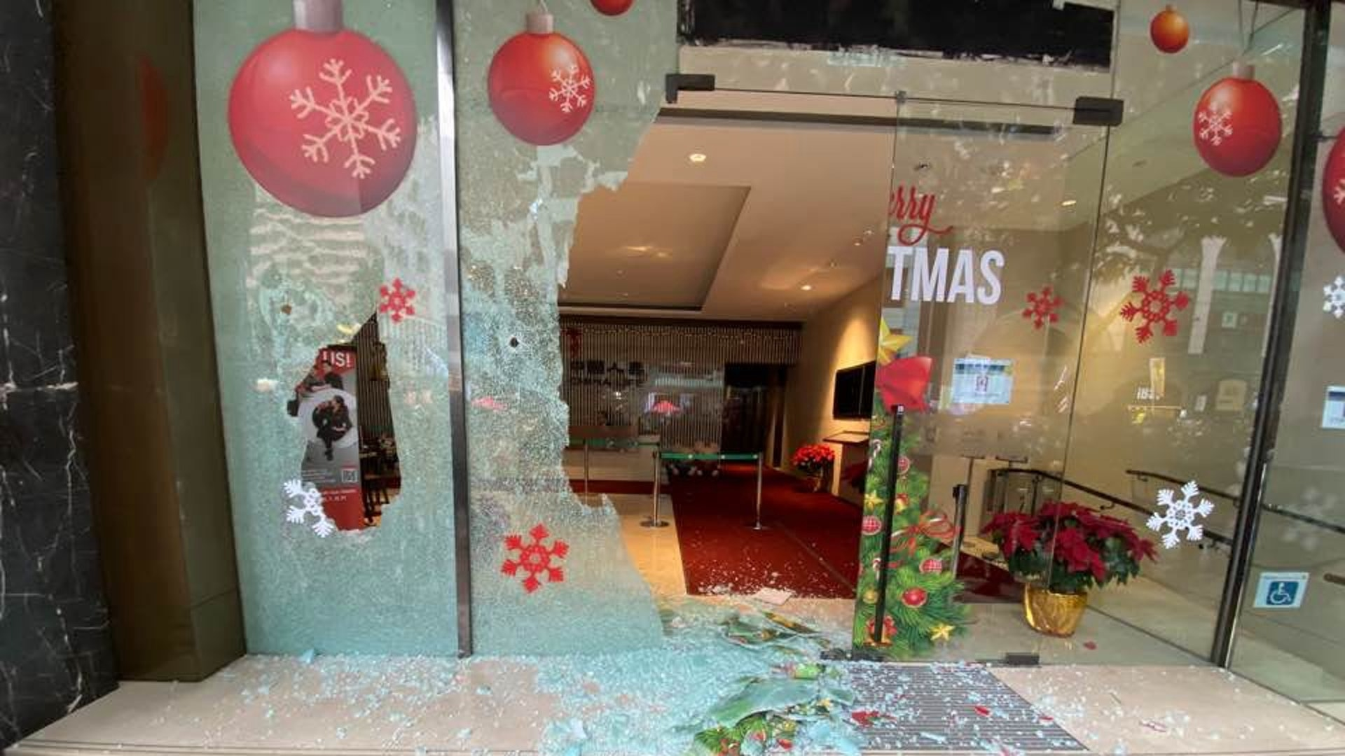 湾仔中国人寿大厦玻璃门遭砸碎。(HK01)
