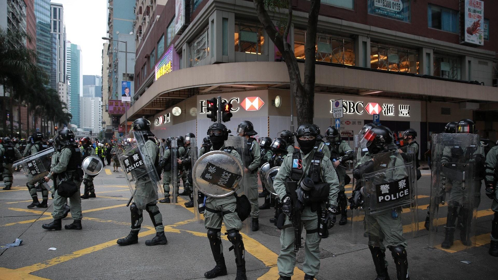 湾仔汇丰银行外爆发冲突。(HK01)