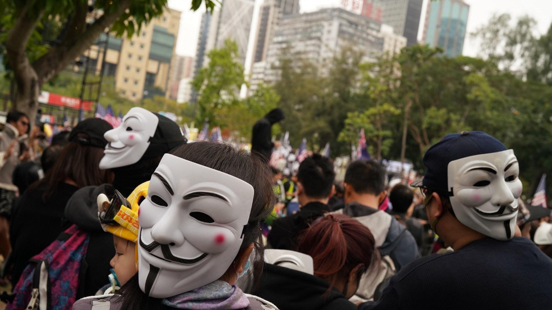 示威者蒙面参与游行。(HK01)