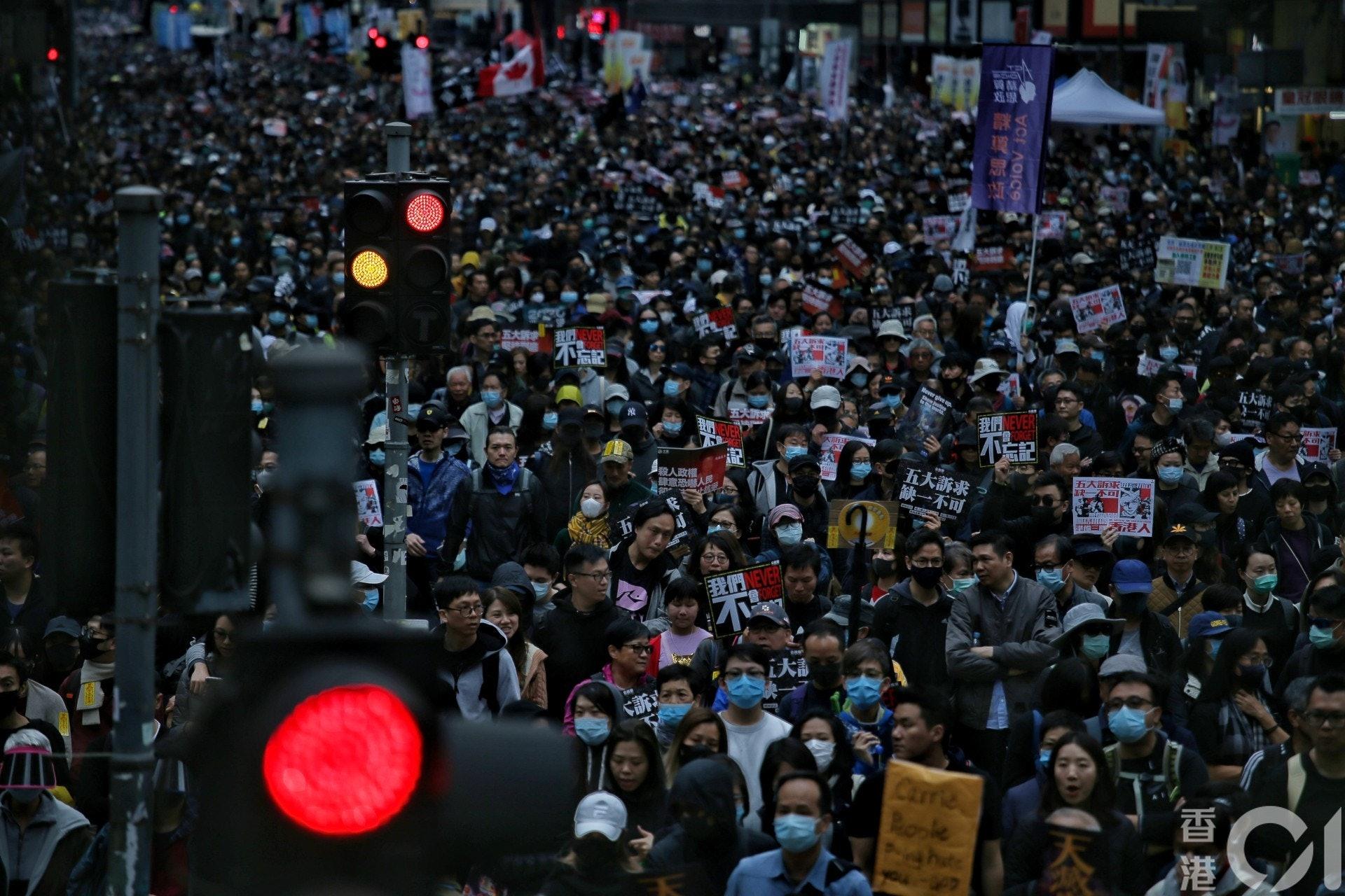 示威者挤爆游行路线。(HK01)