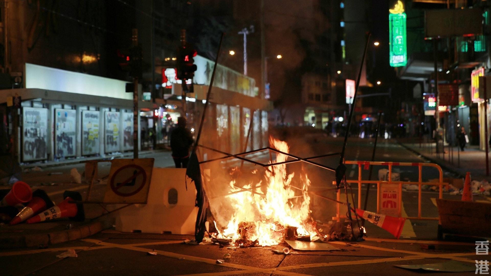轩尼诗道有示威者纵火。(HK01)