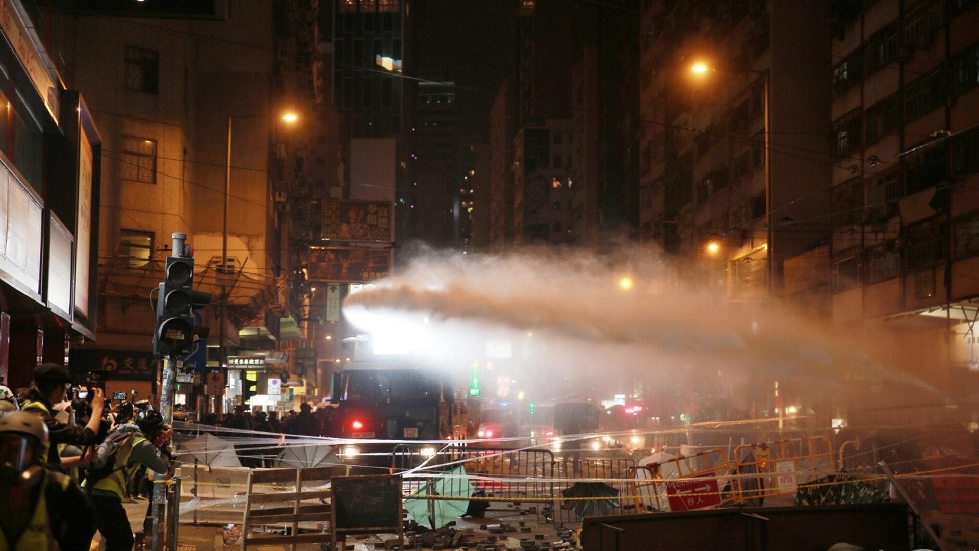 防暴警向前推进,水炮车射水。(HK01)