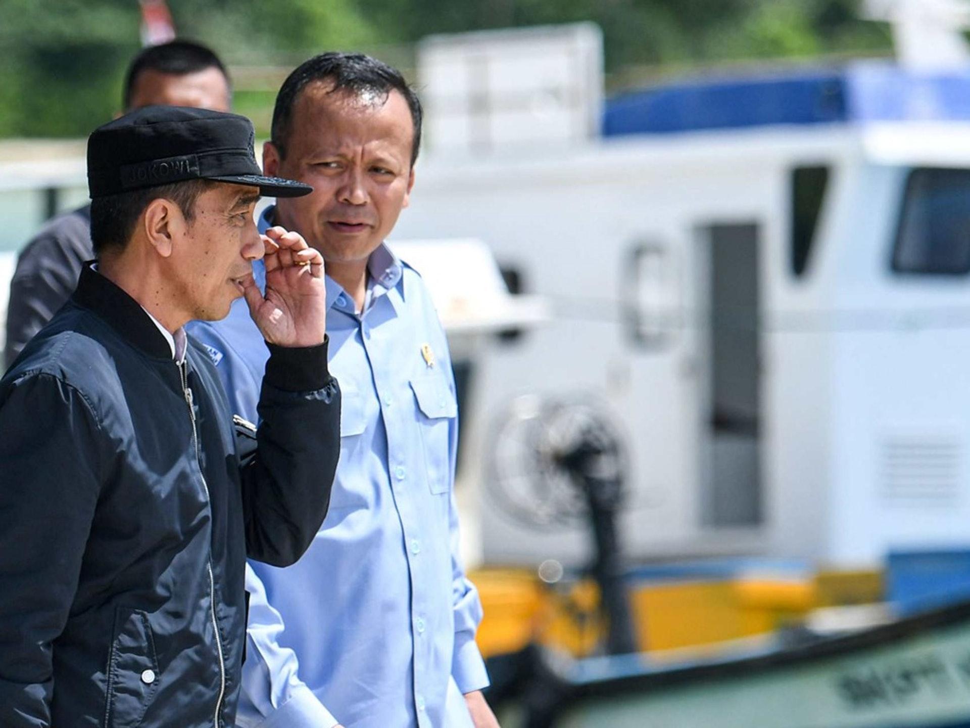 """图中为印尼总统佐科(左)与印尼海洋与渔业部长艾迪·普拉博沃(Edhy Prabowo,右),艾迪是普拉博沃将军的门生。普拉博沃将军在2020年的纳土纳风波中也以""""中国与印尼友好,印尼军方应冷静应对局势""""的稳健立场著称。(路透社)"""
